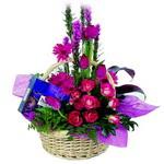 çikolata ve sepette çiçek   Eskişehir çiçek gönderme sitemiz güvenlidir