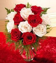 Eskişehir uluslararası çiçek gönderme  5 adet kirmizi 5 adet beyaz gül cam vazoda