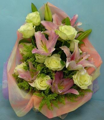 11 adet gül ve 2 adet kazablanka buketi  Eskişehir internetten çiçek satışı