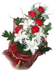 Eskişehir kaliteli taze ve ucuz çiçekler  5 adet kirmizi gül 1 adet kazablanka çiçegi buketi