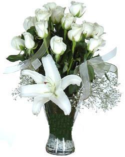 cam içerisinde 11 beyaz gül ve 1 kazablanka  Eskişehir çiçek siparişi sitesi