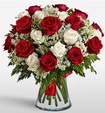 Vazoda 12 kırmızı 12 beyaz gül tanzimi  Eskişehir uluslararası çiçek gönderme