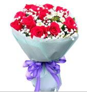 12 adet kırmızı gül ve beyaz kır çiçekleri  Eskişehir çiçekçi mağazası